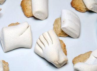 Le ossa dei morti: biscotti di pasta garofanata