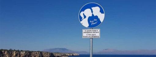 """Terrasini: """"Qui è obbligatorio baciarsi"""""""