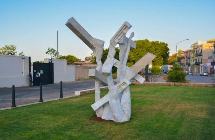 Una scultura al posto di una costruzione abusiva
